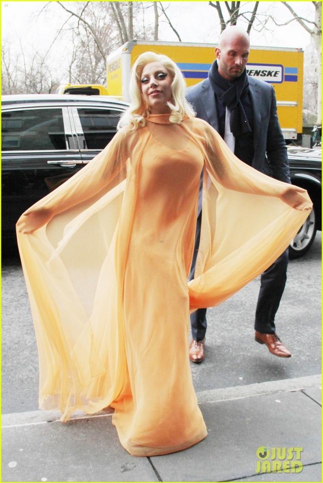 17 декабря: Леди Гага направляется домой в персиковом платье