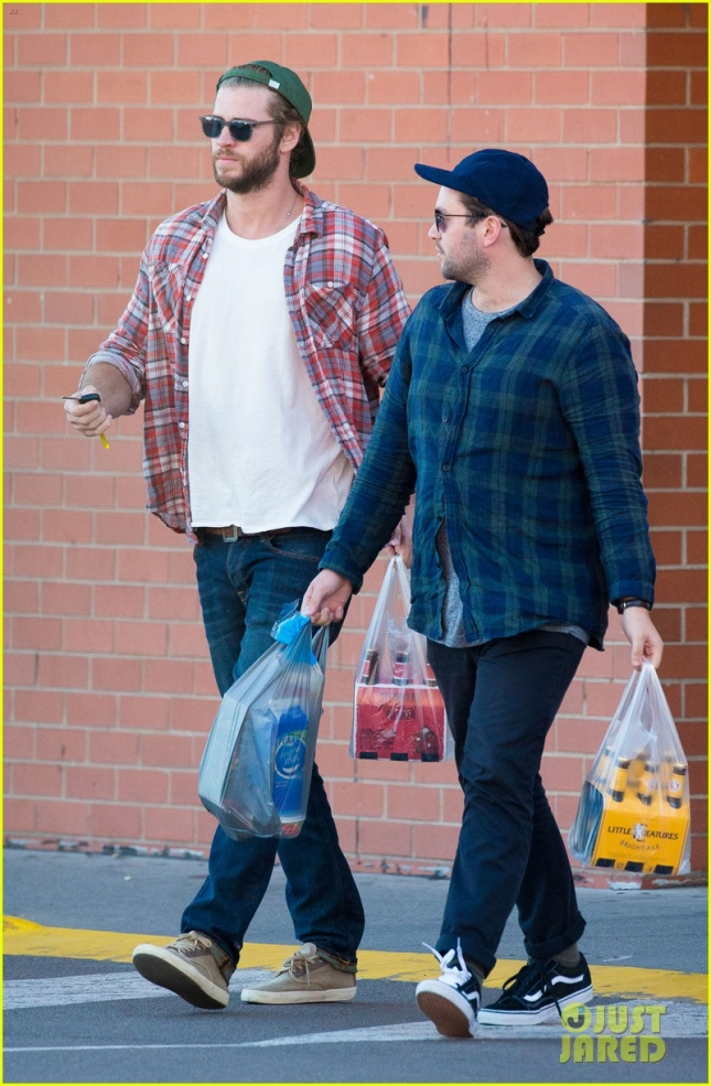 liam-hemsworth-picks-up-beer-with-his-buddy-in-australia-01