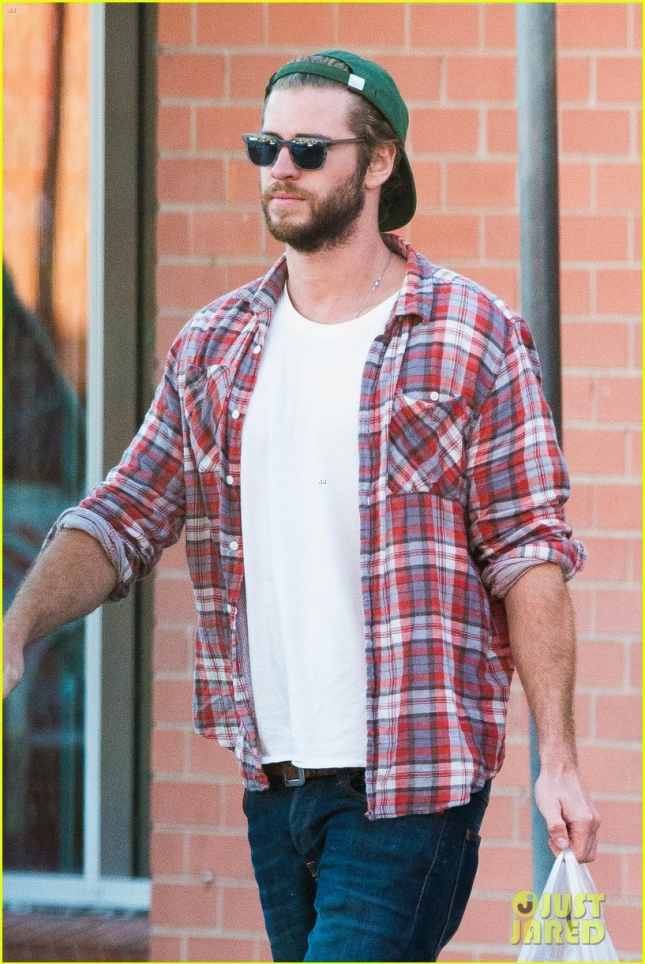 liam-hemsworth-picks-up-beer-with-his-buddy-in-australia-10