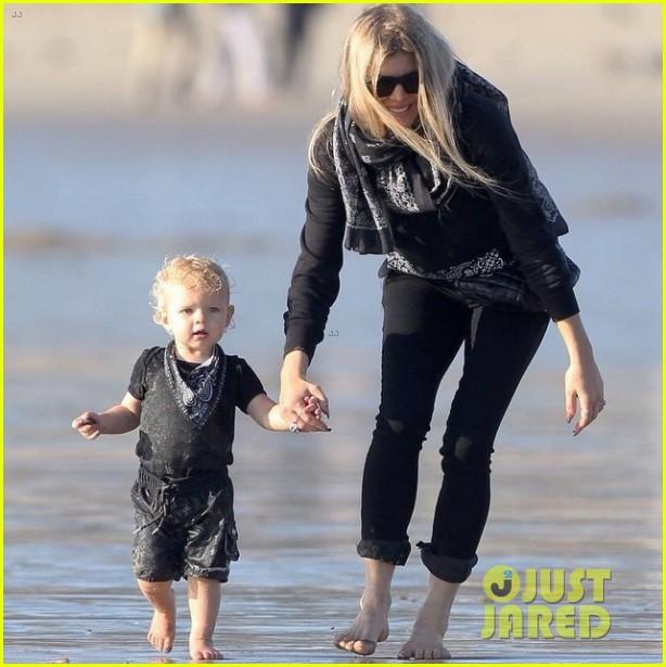 Ферги и её сынишка Эксл провели день на калифорнийском пляже