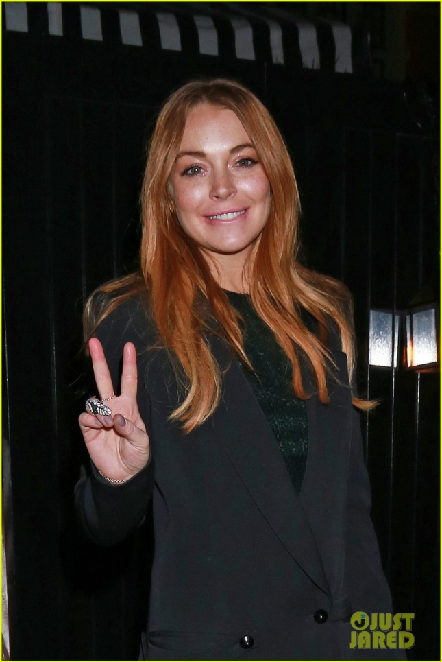 lindsay-lohan-peace-sign-chiltern-firehouse-02