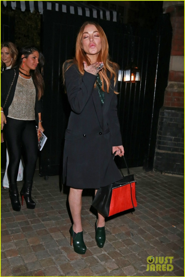 lindsay-lohan-peace-sign-chiltern-firehouse-03