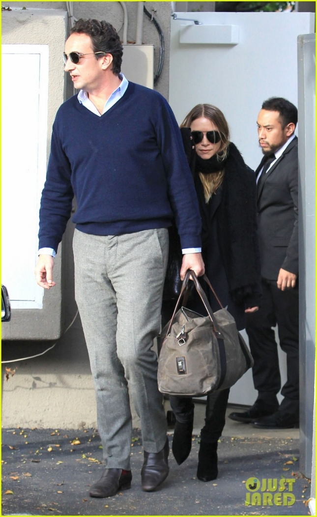 mary-kate-olsen-shops-after-skipping-full-house-reunion-02