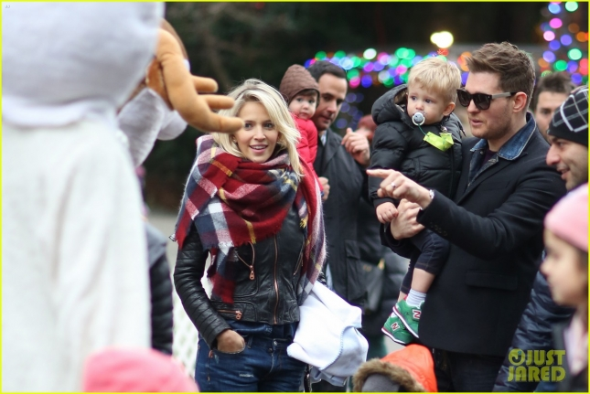 michael-buble-takes-his-son-noah-to-a-christmas-theme-park-29