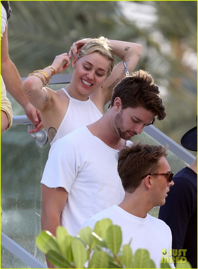 miley-cyrus-kiss-from-patrick-schwarzenegger-02