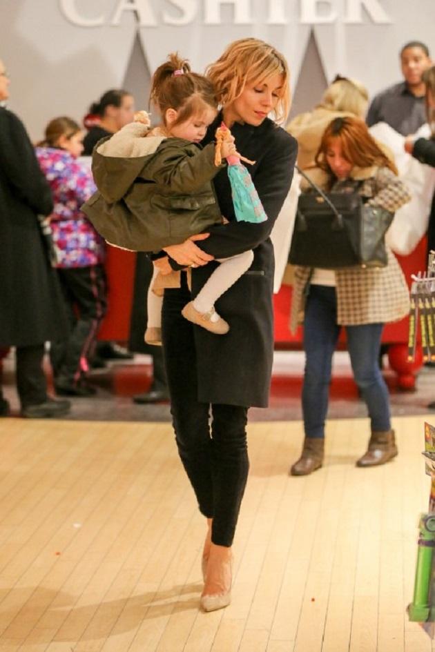 Сиенна Миллер с дочкой