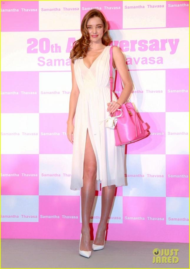 12 декабря: Миранда Керр на праздновании 20-летия Samantha Thavasa в торговом центре Харбур Сити. Образ второй