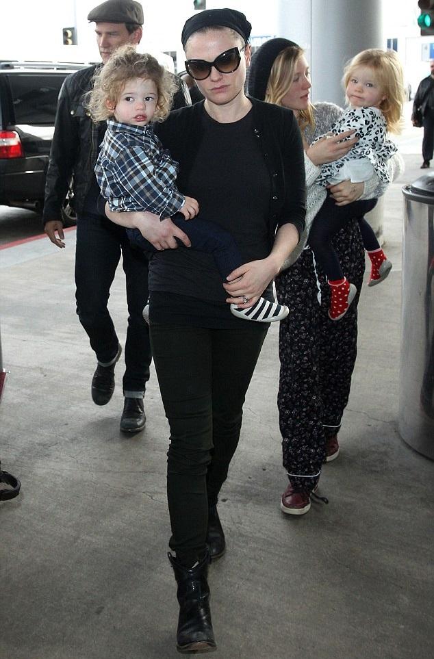 Анна Пакуин и Стивен Мойер с детьми