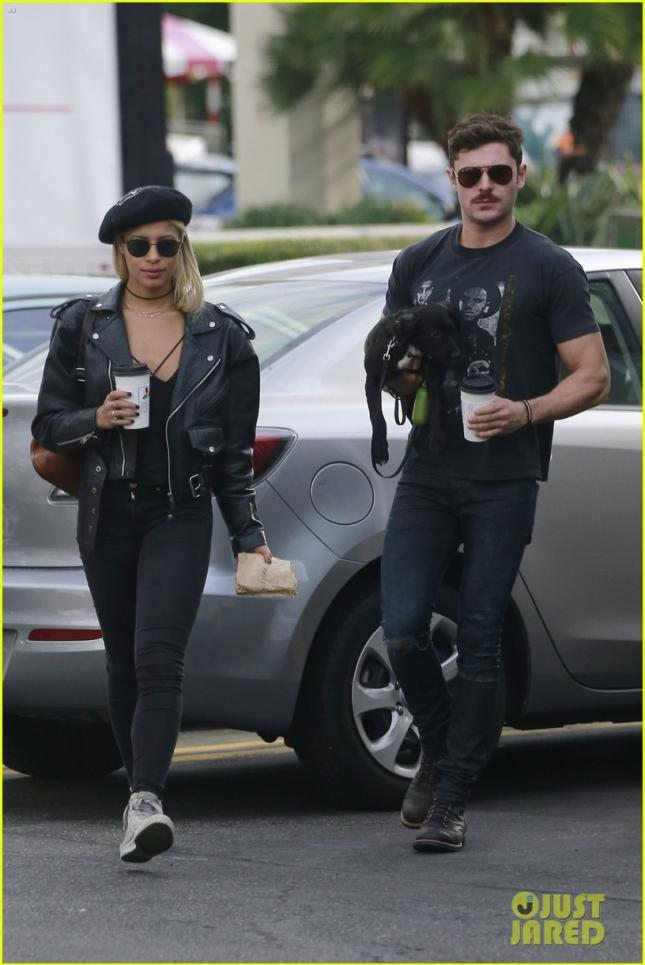 Зак Эфрон и его подруга Сами Миро прогулялись по Лос-Анджелесу вместе со своим двухмесячным четвероногим другом
