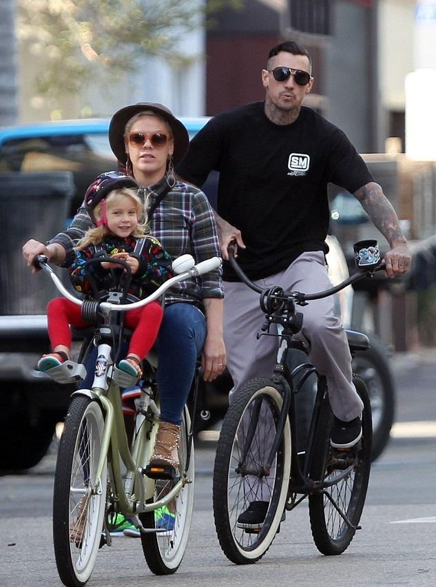 Пинк с мужем Кэри Хартом и дочкой