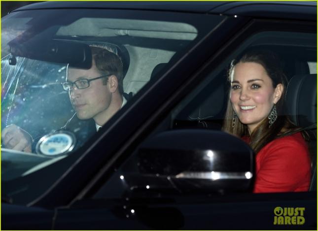 Принц Уильям и герцогиня Кембриджская были сфотографированы по пути на ежегодный рождественский обед королевы Елизаветы II