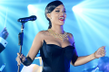 rihanna-performs-medley-of-her-hits-at-first-ever-diamond-ball-02