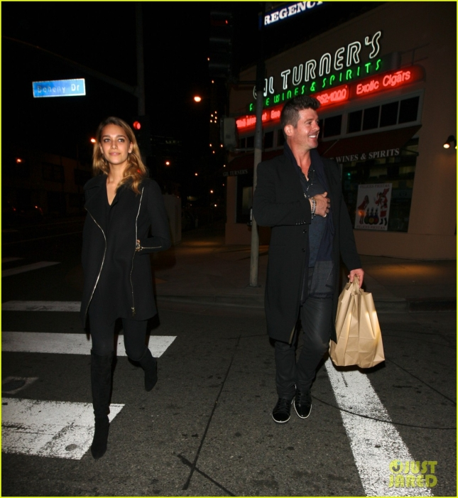 robin-thicke-girlfriend-holiday-season-together-05
