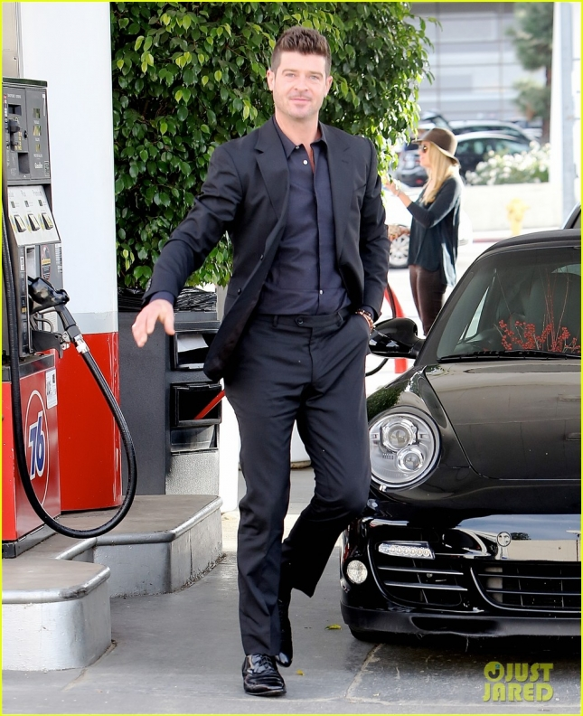 robin-thicke-takes-young-girlfriend-to-liquor-store-01