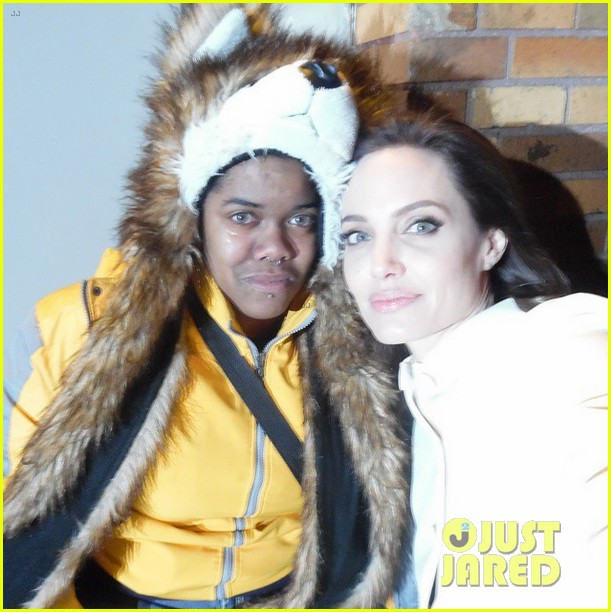 see-the-selfie-angelina-jolie-took-with-a-crying-fan-03