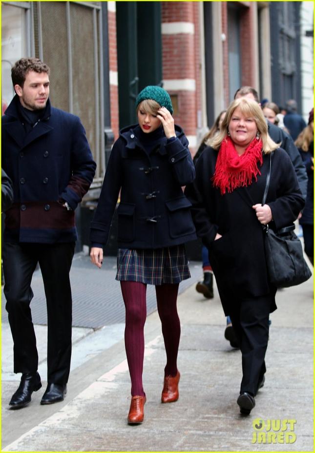 Тейлор Свифт с братом и мамой