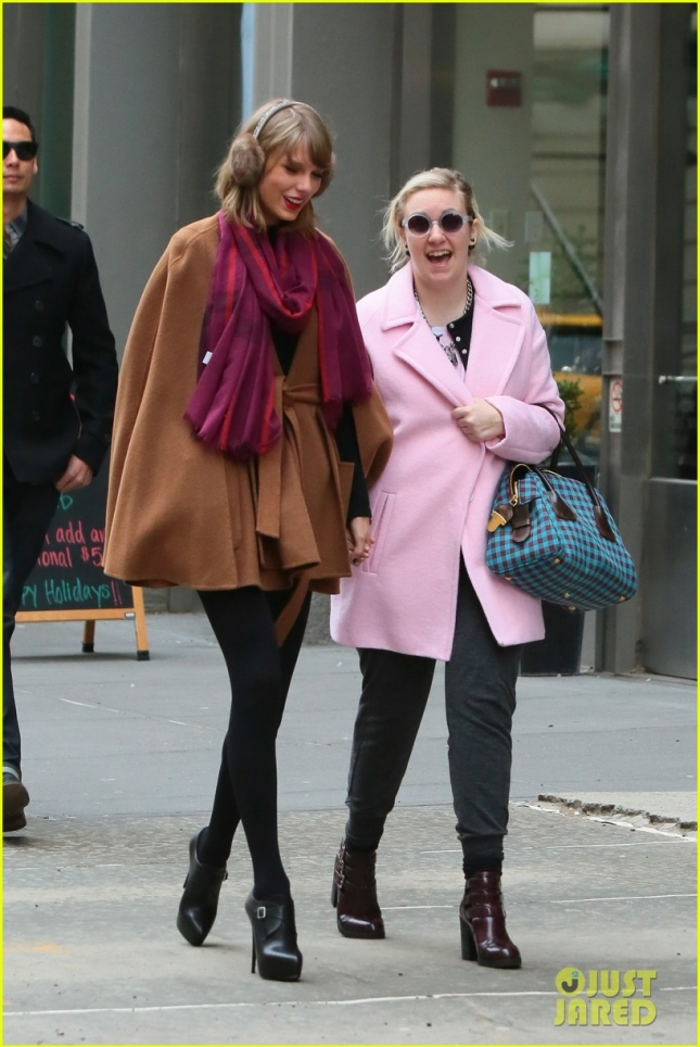 taylor-swift-holds-hands-lena-dunham-03