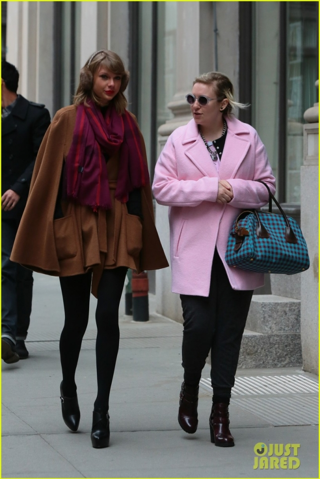 taylor-swift-holds-hands-lena-dunham-05