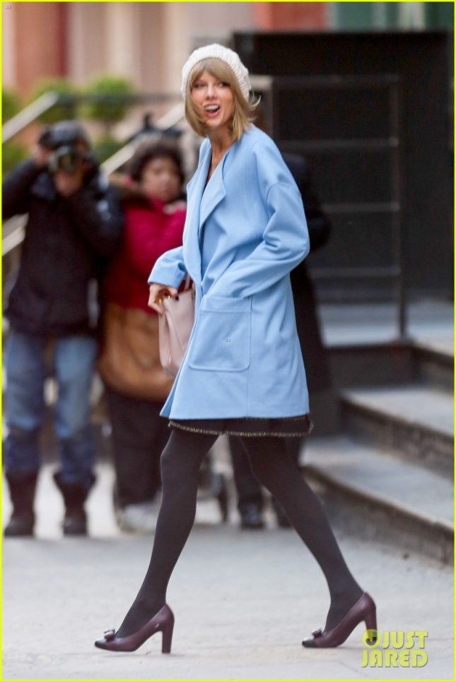 Тейлор Свифт в милом пальто цвета baby blue на пути к студии звукозаписи