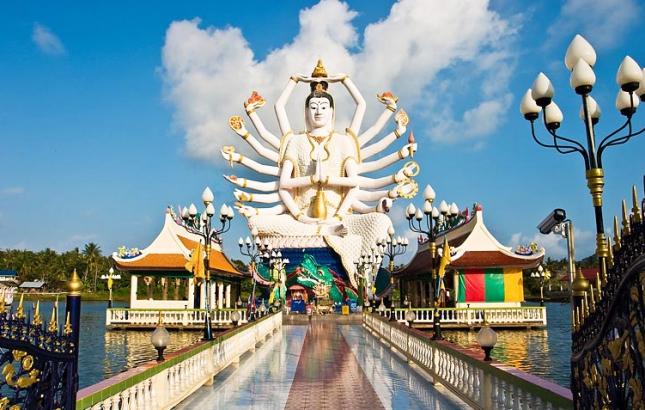 Белый Будда в храмовом комплексе Ват Плай Лаем