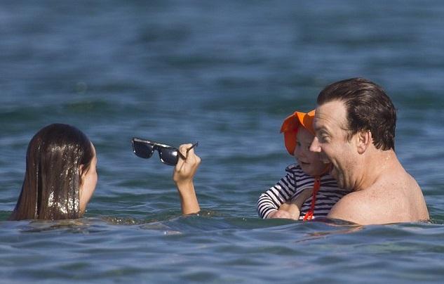 Оливия Уайлд наслаждается семейным отдыхом на Гавайях с женихом Джейсон Судейкисом и семимесячным сыном