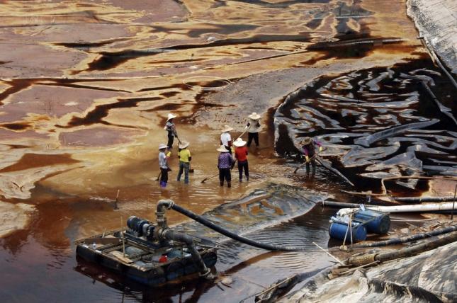 12 рабочих наняты на очистку повдоема от грязи, вытекшей из цистерны, это отходы переработки, химикалии с местного металлургического завода
