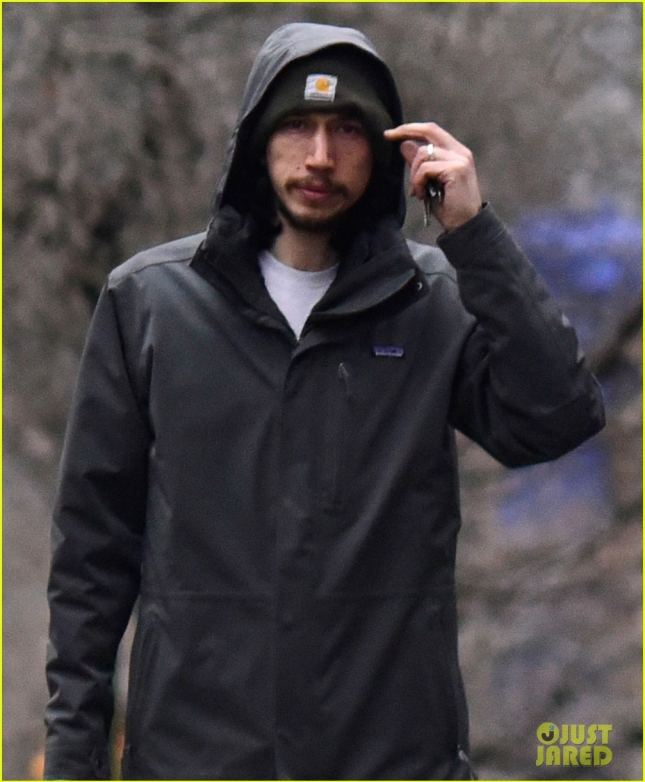 adam-driver-stocks-up-on-edward-hopper-books-in-rainy-nyc-05
