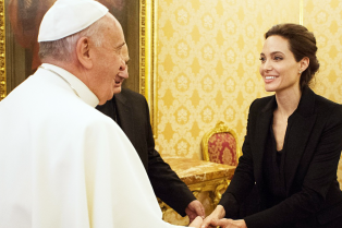 angelina-jolie-meets-the-pope-03