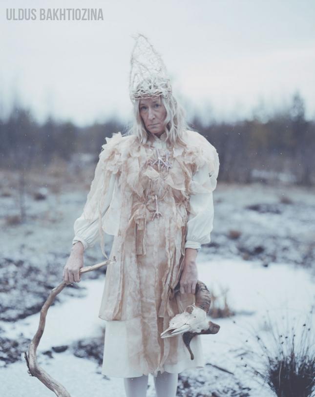 Баба Яга.Баба Яга стоит в молочной реке с кисельными берегами. Она открыла ворота в другой мир, была сильной колдуньей, а потом ей приписали дурную славу ни за что. Потому она в белом, а не в черном, и живет в Тридевятом царстве, подальше от бестолковых людей, которые не умеют ценить ее дары.