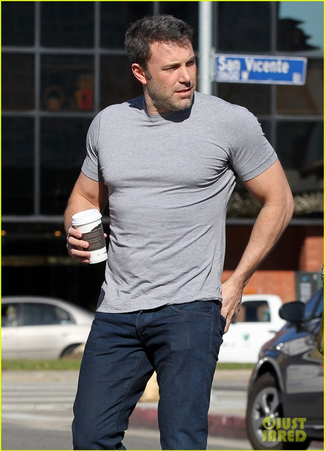 buff-ben-affleck-peoples-choice-award-choice-humanitarian-03
