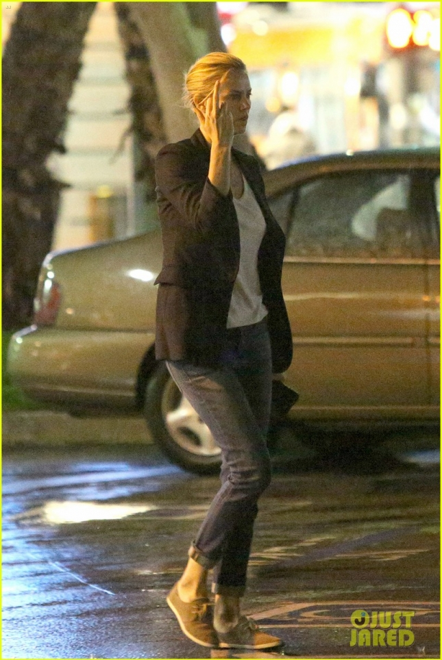 charlize-theron-flips-off-paparazzi-06