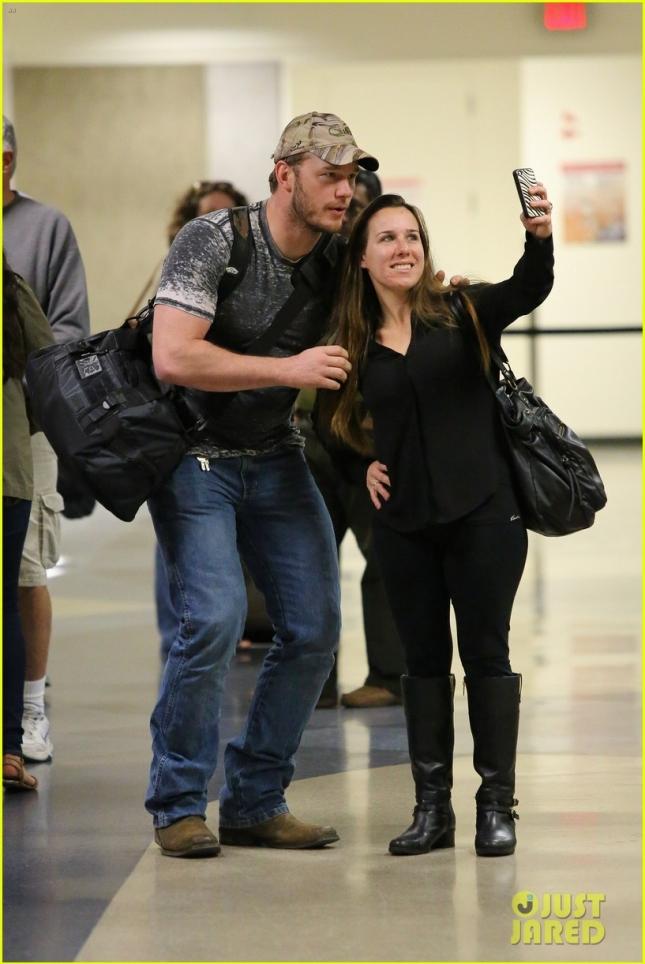 Крис Прэтт сфотографировался с поклонницей в аэропорту LAX
