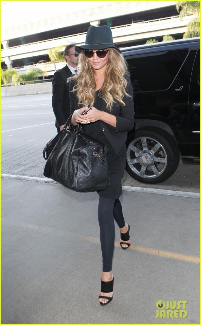 """Довольная Крисси Тейген гуляет по Лос-Анджелесу пока её муж Джон Ледженд выбирает место для статуэтки """"ЗГ"""" за """"лучшую оригинальную песню"""""""