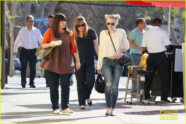 15 января: Дакота Фаннинг отправилась на шоппинг вместе с подругами