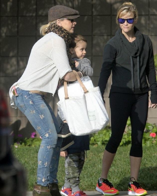Риз Уизерспун и Сара Мишель Геллар с детьми