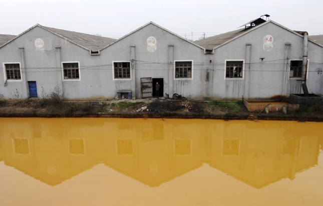 Грязная река в деревушке Китая, тут купаются дети