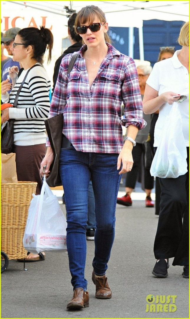 jennifer-garner-buys-fruits-veggies-farmers-market-01