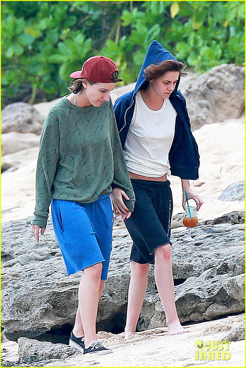 http://vev.ru/wp-content/uploads/2015/01/kristen-stewart-alicia-cargile-hold-hands-in-hawaii-05.jpg