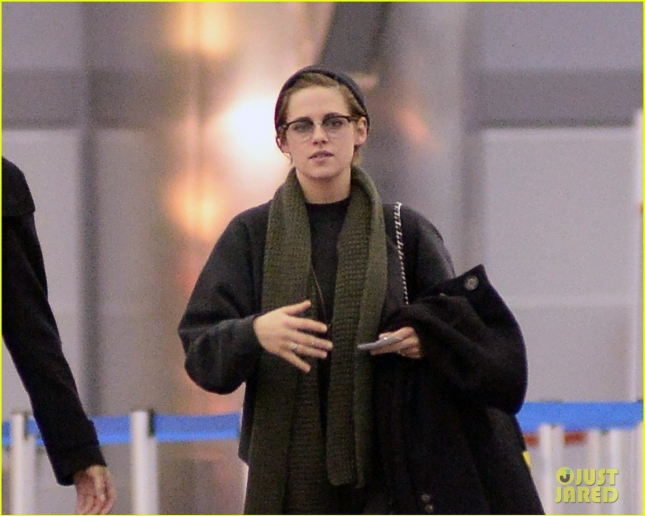 Kristen Stewart Arrives at JFK Makeup-Free & Wearing Glasses