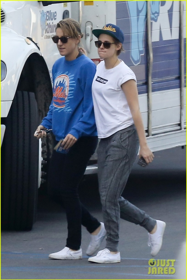 kristen-stewart-wraps-arm-around-alicia-cargile-in-new-sighting-01