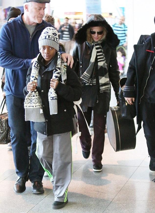 Мадонна с детьми и помощниками
