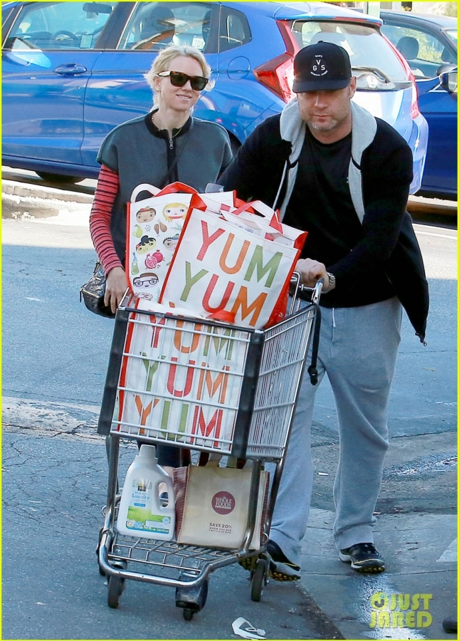 naomi-watts-liev-schrieber-whole-foods-shopping-02