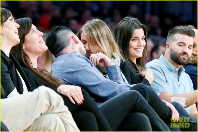 newlyweds-cameron-diaz-benji-madden-kiss-at-lakers-game-01
