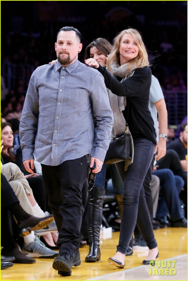 newlyweds-cameron-diaz-benji-madden-kiss-at-lakers-game-02