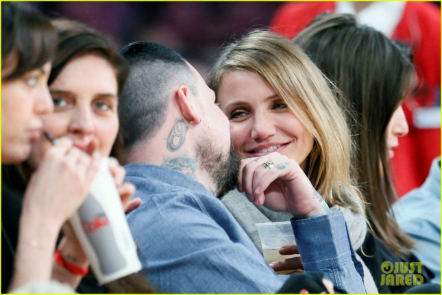 newlyweds-cameron-diaz-benji-madden-kiss-at-lakers-game-08