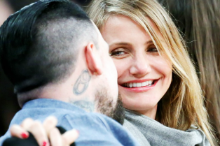 newlyweds-cameron-diaz-benji-madden-kiss-at-lakers-game-16