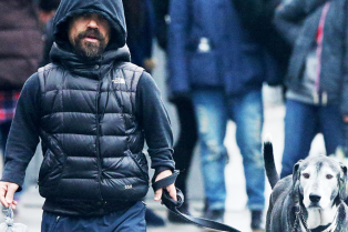 peter-dinklage-takes-kevin-out-in-theа-rain-01