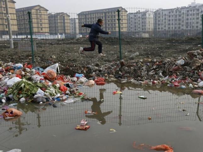 Ребенок играет во дворике в Цзясине