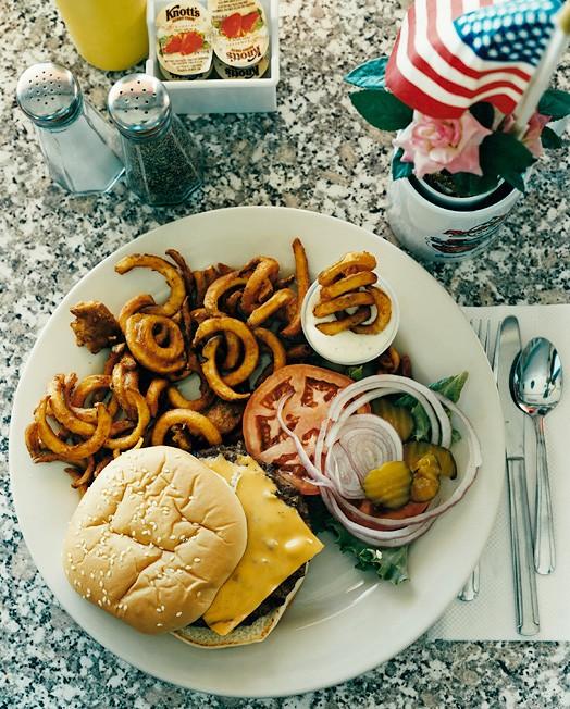 Ошеано, штат Калифорния, 22 сентября 2004; официантка Кэрол; заказан элвис-бургер без бекона, картофель фри, кока-кола за 9,55 долларов.