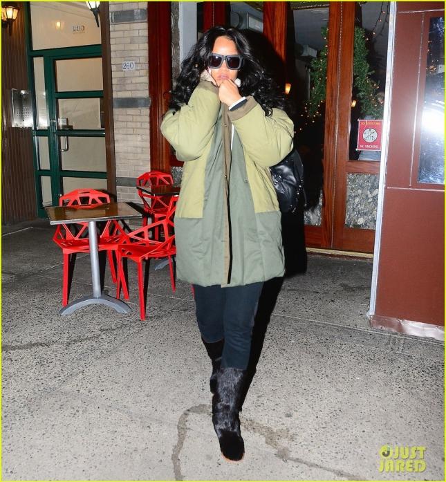 Любимая Рианна в любимом пуховике выходит из любимого ресторана в Нью-Йорке